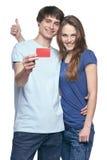 Szczęśliwa para z kredytową kartą Zdjęcia Royalty Free