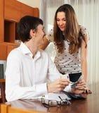 Szczęśliwa para z pieniądze w domowym wnętrzu Zdjęcie Royalty Free