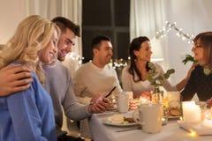 Szczęśliwa para z smartphone przy rodzinnym herbacianym przyjęciem zdjęcie royalty free