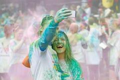 Szczęśliwa para zakrywająca z błękitnego i zielonego koloru prochowym bierze sel Obraz Royalty Free