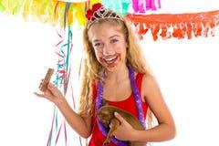 Szczęśliwa partyjnej dziewczyny szczeniaka teraźniejszości łasowania czekolada Obraz Royalty Free