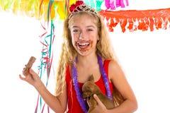 Szczęśliwa partyjnej dziewczyny szczeniaka teraźniejszości łasowania czekolada Zdjęcia Royalty Free