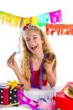 Szczęśliwa partyjnej dziewczyny szczeniaka teraźniejszości łasowania czekolada Obrazy Royalty Free