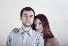 Szczęśliwa pary kobieta opiera na nieogolonym mężczyzny programisty ramieniu obrazy stock