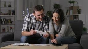 Szczęśliwa pary księgowość sprawdza kwity w nocy zbiory wideo