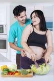 Szczęśliwa pary narządzania sałatka wpólnie Fotografia Stock