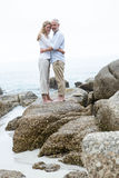 Szczęśliwa pary pozycja na skale i patrzeć kamerę Zdjęcia Royalty Free