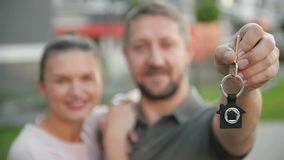 Szczęśliwa pary pozycja Przed Nowym domem dobry humor zdjęcie wideo