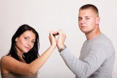 szczęśliwa pary ręka w serce formie odizolowywającej Obrazy Stock