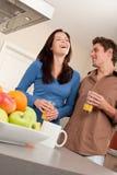 szczęśliwa pary zabawa mieć kuchnię Fotografia Royalty Free