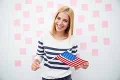 Szczęśliwa patriotyczna kobieta trzyma USA flaga Obraz Stock