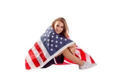 Szczęśliwa patriotyczna kobiety mienia usa flaga Zdjęcia Royalty Free