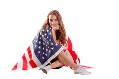 Szczęśliwa patriotyczna kobiety mienia usa flaga Fotografia Royalty Free