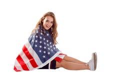Szczęśliwa patriotyczna kobiety mienia usa flaga Fotografia Stock