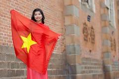 Szczęśliwa patriotyczna młoda Wietnamska kobieta Zdjęcia Royalty Free