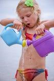 Szczęśliwa piękna dziewczyna bawić się z wodą Obrazy Royalty Free
