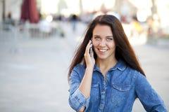 Szczęśliwa piękna dziewczyna dzwoni telefonem Zdjęcia Royalty Free