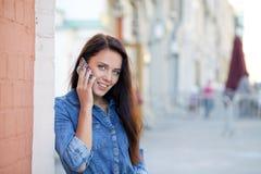 Szczęśliwa piękna dziewczyna dzwoni telefonem Obrazy Royalty Free