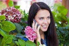 Szczęśliwa piękna dziewczyna dzwoni telefonem Fotografia Stock