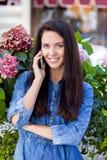 Szczęśliwa piękna dziewczyna dzwoni telefonem Obraz Royalty Free