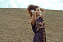 Szczęśliwa piękna dziewczyna uśmiecha się jej włosy i dotyka fotografia royalty free