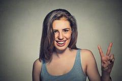 Szczęśliwa piękna dziewczyna Z zwycięstwo znakiem Fotografia Royalty Free