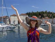 Szczęśliwa piękna kobieta cieszy się słońce i natura na tle żeglowanie jachty w lecie pływamy statkiem Podróż, przygoda Fotografia Stock