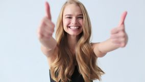 Szczęśliwa piękna kobieta pokazuje kciuk up zbiory