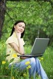 Szczęśliwa piękna kobieta pracuje outdoors. Obraz Royalty Free