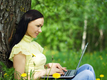 Szczęśliwa piękna kobieta pracuje outdoors. Obrazy Royalty Free