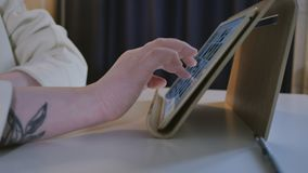 Szczęśliwa piękna kobieta używa cyfrową pastylkę wyszukuje internet zostaje łączący w domu cieszący się nowożytnego styl życia zbiory