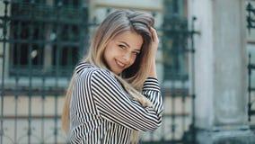 Szczęśliwa piękna kobieta w pięknym smokingowym odprowadzeniu w starej ulicie swobodny ruch Elegancki spojrzenie panie young atra zdjęcie wideo