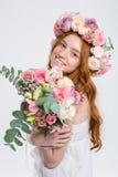 Szczęśliwa piękna kobieta w róża wianku z bukietem kwiaty Zdjęcia Stock