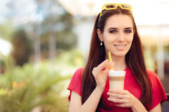 Szczęśliwa Piękna kobieta z lato Kawowym napojem obrazy royalty free