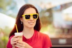 Szczęśliwa Piękna kobieta z lato Kawowym napojem zdjęcie royalty free