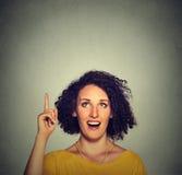Szczęśliwa piękna kobieta z pomysłu przyglądający up wskazywać z palcem up Fotografia Stock