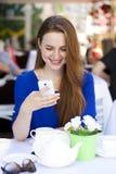 Szczęśliwa Piękna młoda blondynki kobieta czyta wiadomość na twój mądrze Obrazy Royalty Free