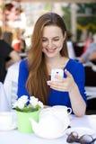 Szczęśliwa Piękna młoda blondynki kobieta czyta wiadomość na twój mądrze Fotografia Royalty Free