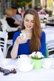 Szczęśliwa Piękna młoda blondynki kobieta czyta wiadomość na twój mądrze Fotografia Stock
