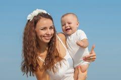 Szczęśliwa piękna matka i syn cieszy się plażowego czas Obrazy Royalty Free
