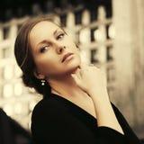Szczęśliwa piękna mody kobieta w czarnym bluzki odprowadzeniu na miasto ulicie obrazy stock