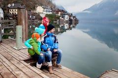 Szczęśliwa piękna rodzina z dwa małymi dziećmi, bada fotografia royalty free