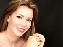 Szczęśliwa Piękna Zmysłowa młoda kobieta Uśmiecha się Bawić się z włosy zdjęcie stock