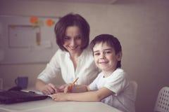 Szczęśliwa piękno matka angażował z synem, istny wnętrze Zdjęcie Royalty Free
