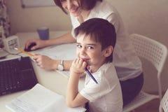 Szczęśliwa piękno matka angażował z synem, istny wnętrze Zdjęcie Stock