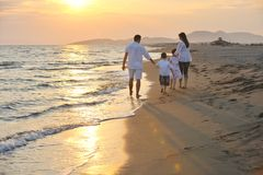 szczęśliwa plażowa rodzinna zabawa potomstwa Obraz Royalty Free