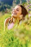 szczęśliwa plenerowa kobieta Zdjęcie Royalty Free