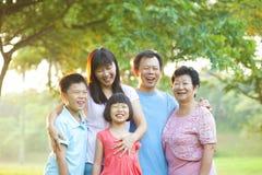 Szczęśliwa plenerowa rodzina Fotografia Royalty Free
