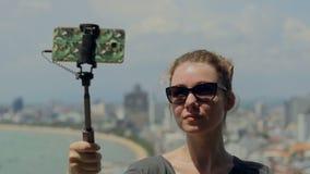 Szczęśliwa podróżnik kobieta bierze fotografię Młoda dziewczyna wp8lywy selfie z telefonem i kijem na lata mieście Miastowego życ zbiory