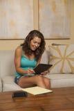 Szczęśliwa pojedyncza dziewczyna pracuje na budżeta i wynagrodzeń rachunkach Obrazy Royalty Free